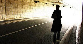 Donna cammina nell'ombra